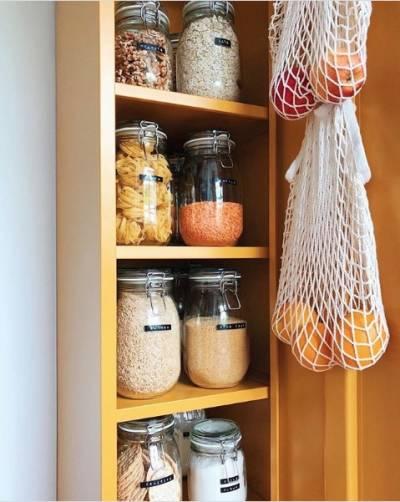 Organização de cozinha com potes de vidro