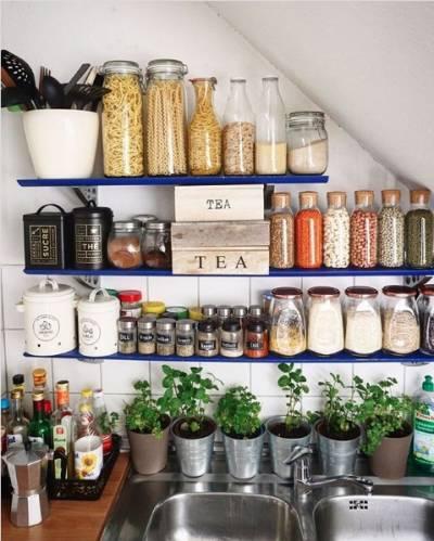 Organização de cozinha com potes em prateleiras