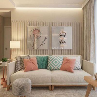 Sala pequena de apartamento com almofadas e sofá bege