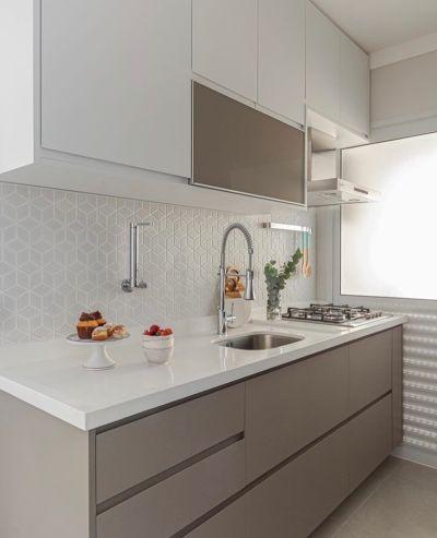 cozinha planejada com bancada branca