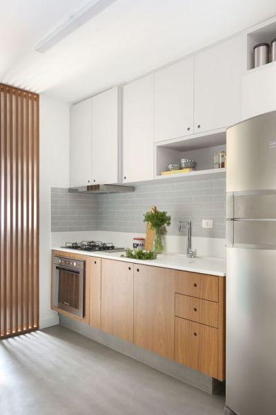 Cozinha Planejada Simples com Lavanderia com cooktop e forno de embutir.