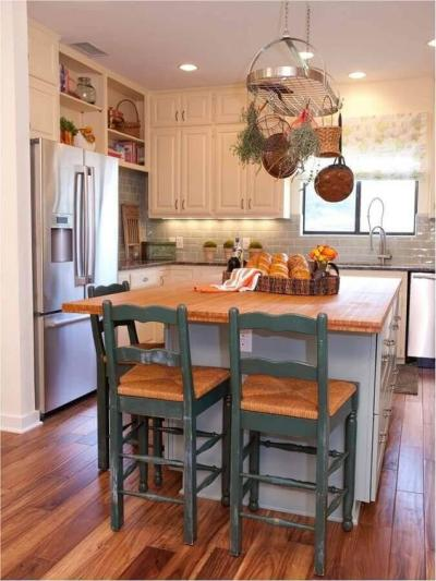 Cozinha rústica pequena com ilha e banquetas