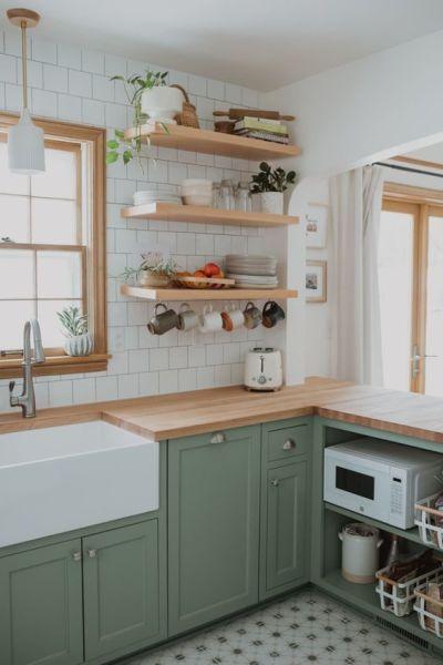 Decoração rústica na cozinha com prateleiras e armário verde claro