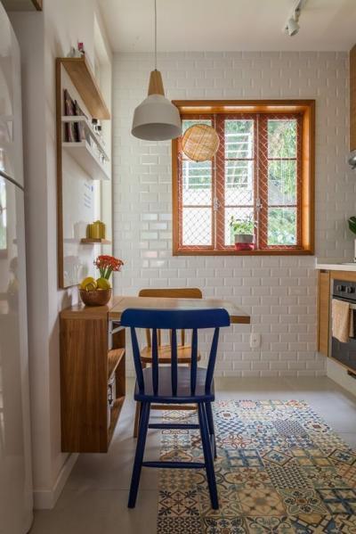 decoração rústica simples na cozinha com bancada e duas cadeiras e chão de ladrilho hidráulico