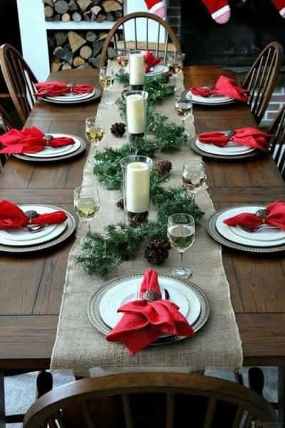 Mesa posta de Natal com enfeites e guardanapo vermelho