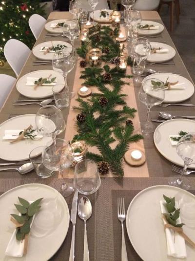 Mesa posta de Natal com tons claros e velas