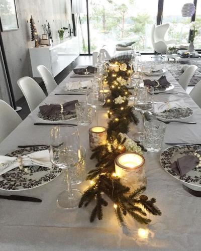 Mesa posta de Natal simples com velas e arranjos