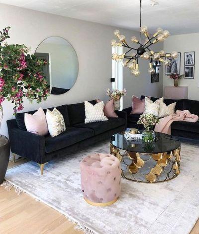 conjunto de sofá preto com almofadas na sala