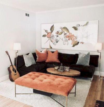 Sala com sofá preto e quadro branco grande