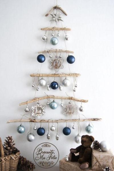 Árvore de natal feita com galhos na parede