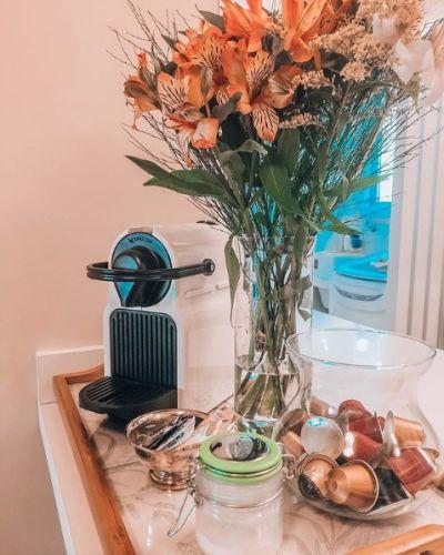 Bancada com cafeteira e cápsulas de café - decoração
