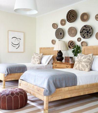 Quarto decorado com cestos na parede