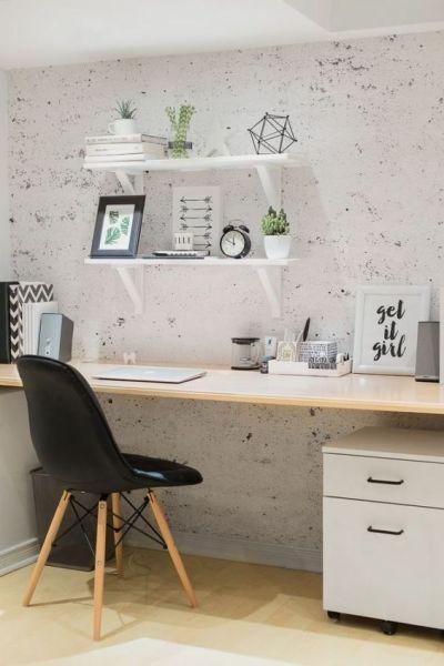 Home office simples com prateleira