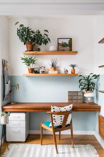 Home office pequeno de madeira com pintura diferente