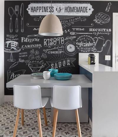 Parede lousa na cozinha com sala de jantar