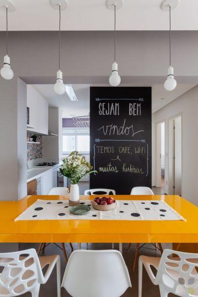 Parede lousa na cozinha integrada com sala de jantar
