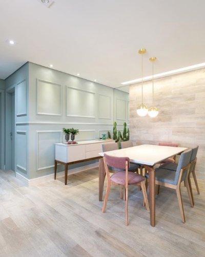 Sala de jantar moderna com parede boiserie