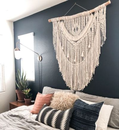 Parede do quarto decorada com macrame