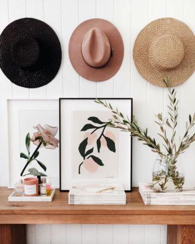 Decoração estilo boho chic com chapéu na parede