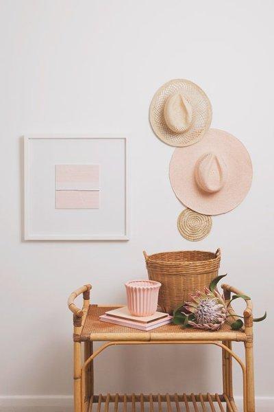 Paredes decoradas com Decoração estilo boho chic com chapéu e quadro