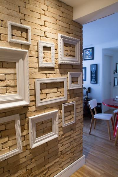Paredes decoradas: Parede de tijolinho decorada com molduras de quadros