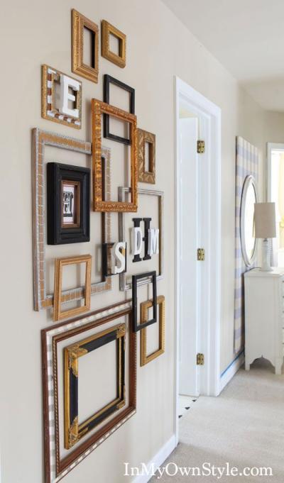 Parede decorada com molduras de quadros