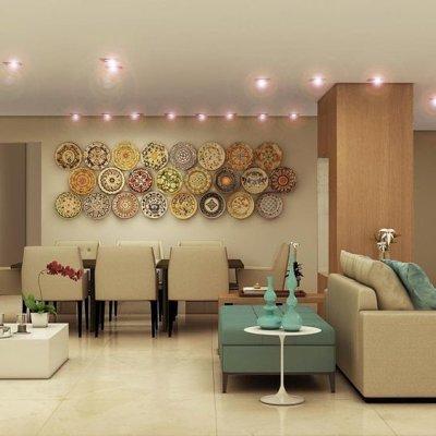Sala de jantar moderna com pratos na parede