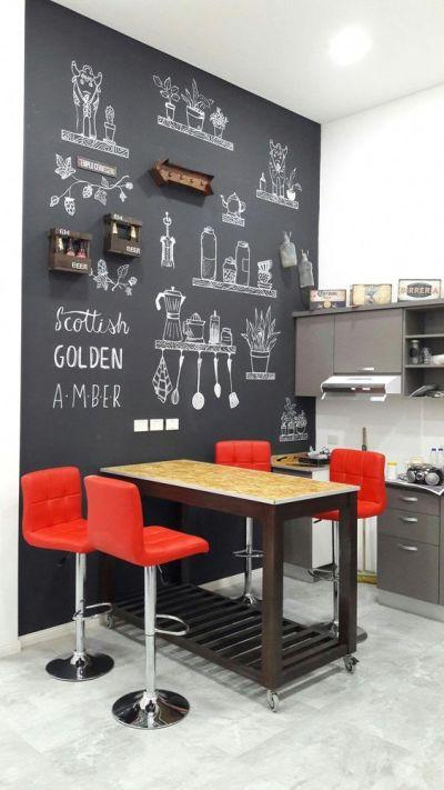 Parede lousa na cozinha com banquetas vermelhas