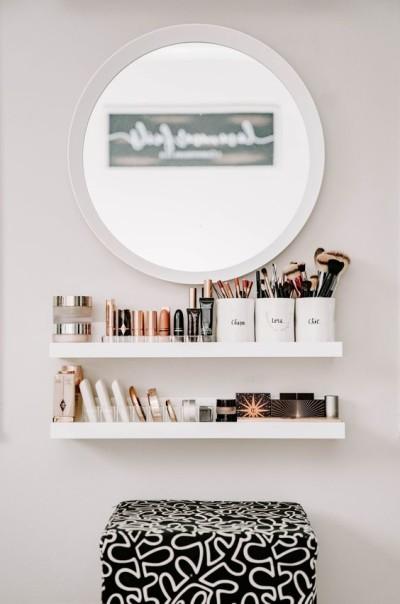 Penteadeira simples e moderna na parede com espelho redondo