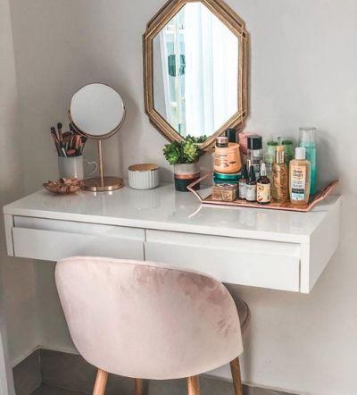 Penteadeira simples com cadeira rosa
