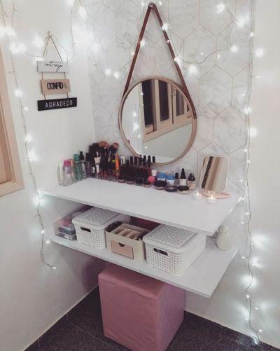 Penteadeira simples de parede com espelho e banco