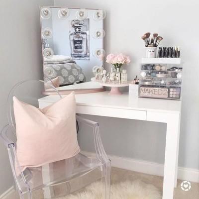 Penteadeira simples branca com tons pasteis de rosa