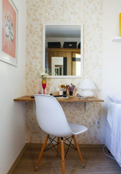 Penteadeira simples com cadeira eames branca