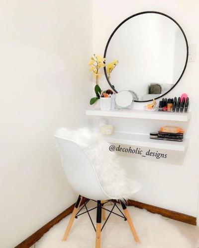 Penteadeira simples suspensa com espelho redondo