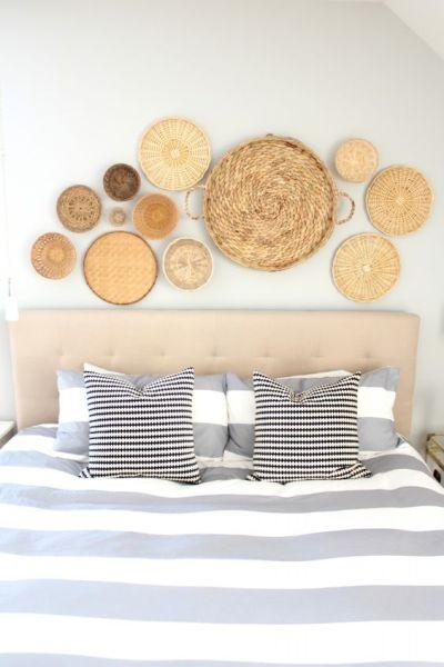 Parede de quarto decorada com cestos de vime cabeceira