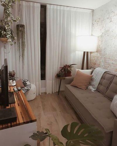 sala com cortina branca e sofá cinza