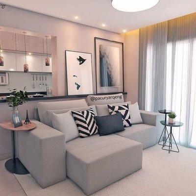 Sala com sofá cinza e cortina