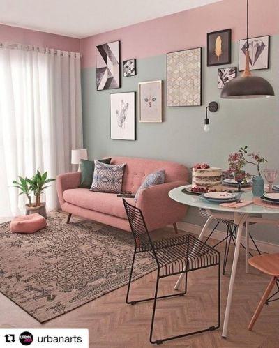Sofa retro rosa na sala com tapete e mesa redonda de jantar