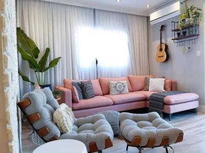 Sofá rosa em sala cinza com poltrona cinza e plantas