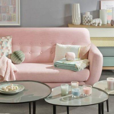 Sofa retro rosa bebe e mesas de centro