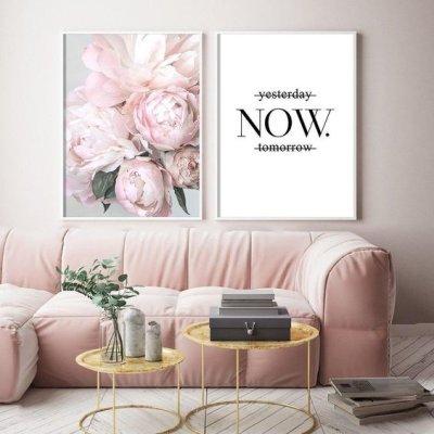 Sofa de veludo rosa com quadros na parede