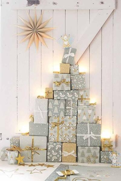 arvore de natal com caixas de presentes