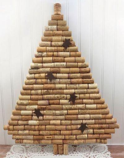 Árvore de Natal feito com rolhas de vinho na parede