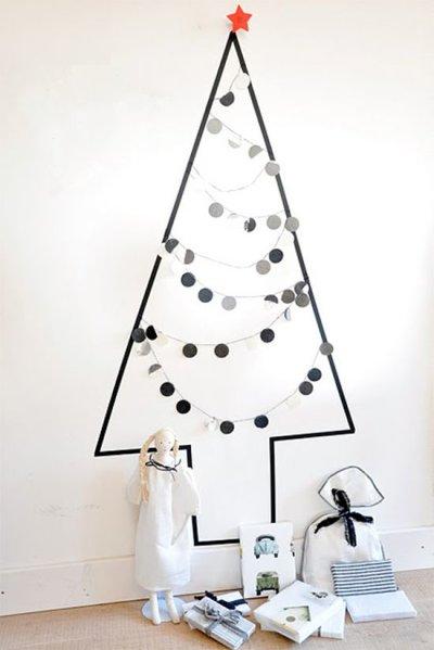 Árvore de Natal minimalista com fita na parede