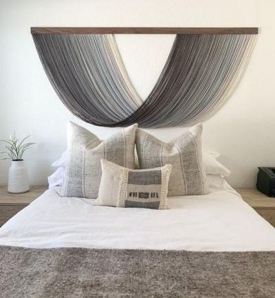 Cabeceira de cama com linhas de macrame pendurada
