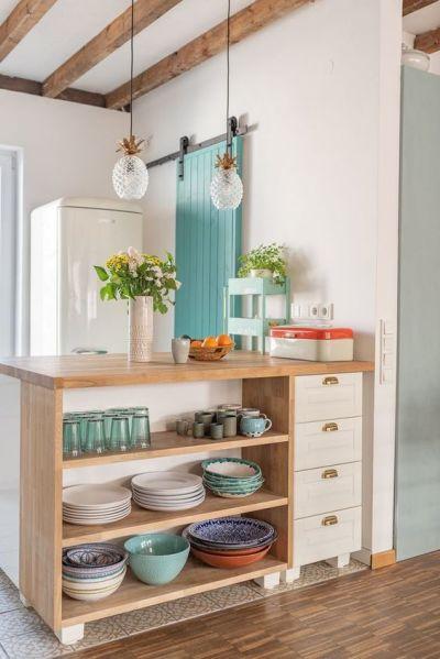 decoração de armário rústicos com objetos decorativos: pratos, copos, xícaras