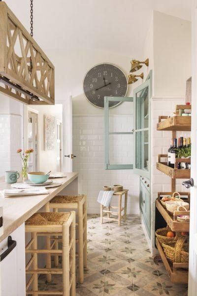 Decoração rústica na cozinha com armários rústicos e banquetas e chão de ladrilho