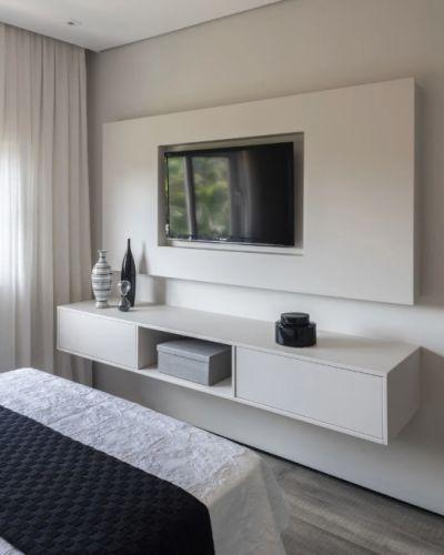 rack suspenso branco com painel no quarto