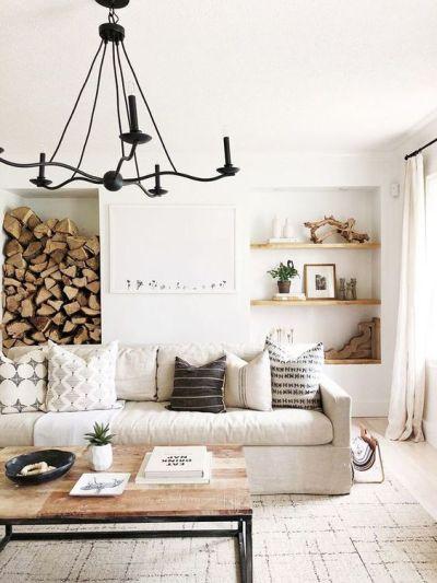 Decoração rústica na sala com sofá bege e almofadas e ambiente iluminado