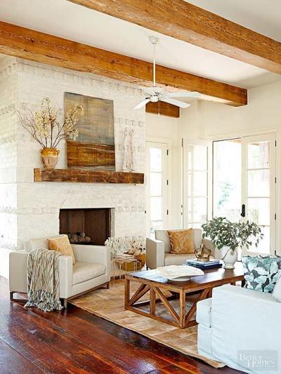 Decoração de sala rústica com madeira e sofás